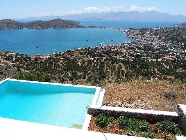 Villa i Elounda med tre soverom, basseng og nydelig panoramautsikt.