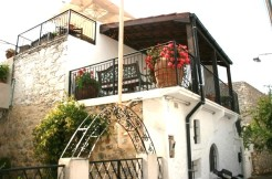 Særegent renovert landsbyhus med flere terrasser.