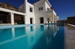 Flott enebolig med fire soverom, oppvarmet basseng og nydelig sjøutsikt i Elounda.