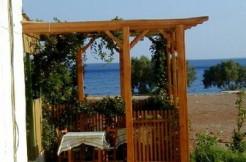 Sjelden mulighet! Taverna med tilhørende bolig beliggende på stranden. Kan omgjøres til bolig.