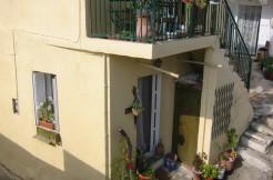 Landsbyhus i Pirgos med sjøutsikt og stor takterrasse.