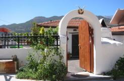 Renovert landsbyhus med mye uteplass i Limnes.