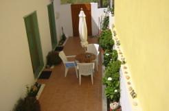 Flott renovert landsbyhus med gårdsplass og stor takterresse i Limnes.