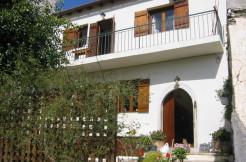 Bolig i Choumeriakos med tre soverom og stor gårdsplass.