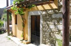Renovert landsbyhus med flere terrasser.