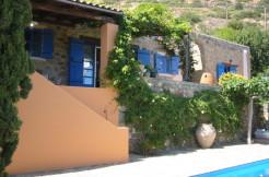 Flott villa med basseng, koselig gårdsplass og egen tennisbane.