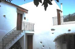 Sjarmerende renovert landsbyhus med liten gårdsplass.