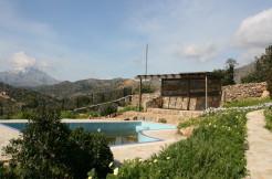 Stor villa med to separate leiligheter, studioleilighet, basseng og nydelig sjøutsikt.