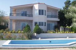 Villa på 350m2 i Hersonissos. Fem soverom og basseng.