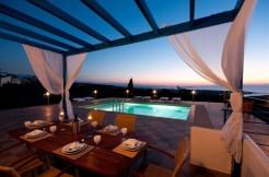 Luksuriøs villa med tre soverom en-suite, EOT, privat basseng og felles tennisbane.