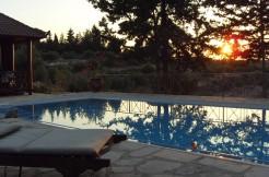 Pen villa med tre soverom, basseng, barnebasseng og sjøutsikt 1500 meter fra Almyrida.