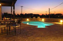 Flott villa i Kambia nær Plaka med eget basseng og sjøutsikt.