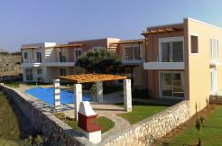To flotte leiligheter og ett hus ledig i et nydelig og velholdt anlegg. Felles basseng, nær sjøen.