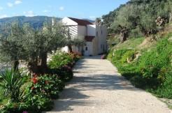 Stor flott villa sør for Agia Marina med privat basseng og nydelig utsikt til de hvite fjellene.