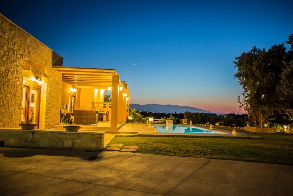 Flott villa med 5 soverom EOT-lisens og basseng. Selges fullt møblert.