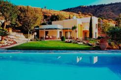 Villa med gjesteleilighet, basseng og panoramautsikt.