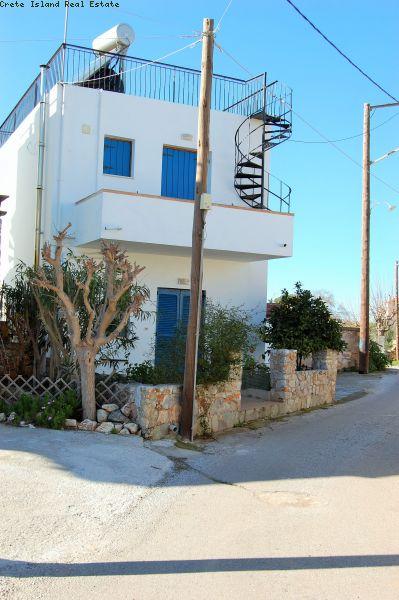 Landsbyhus over to etasjer i Kefalas